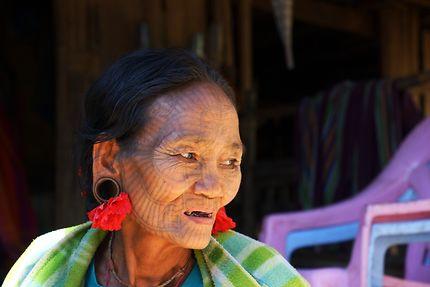Femmes tatouées de l'ethnie Chin, Birmanie