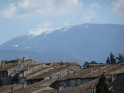 Toits de Vaison-la-Romaine sous le Mont Ventoux