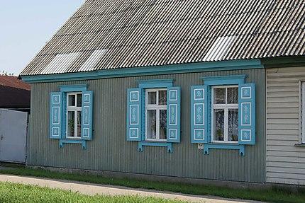 Maison aux volets colorés