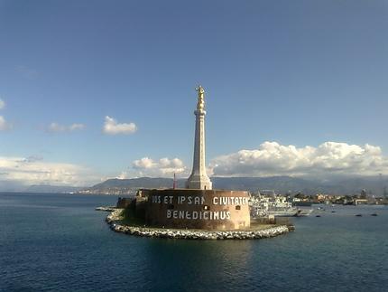 Le port de Messina et la Madonna della Lettera