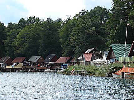 Lacs du Mecklembourg, petites maisons de vacances les pieds dans l'eau...