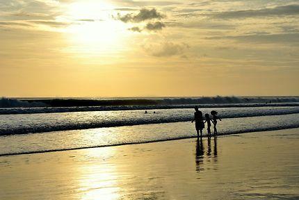 Baigneurs sur la plage de Legian