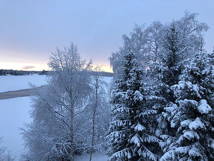 Rivière gelée à Rovaniemi, Finlande