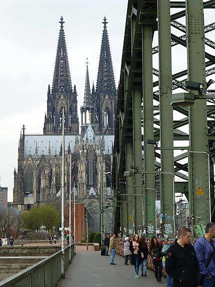 Le pont metallique derrière la cathédrale