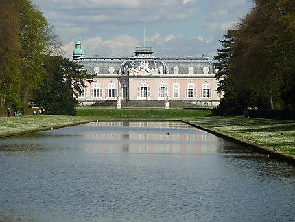 Bassin devant le château