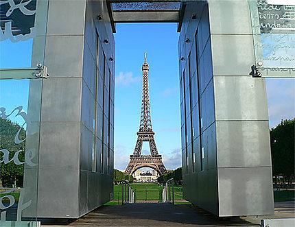 La tour Eiffel vue à travers le mur pour la paix