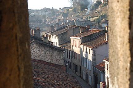 Les toits de Parhenay, à travers une meurtrière