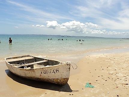 Barque sur la place de Ilha dos Frades