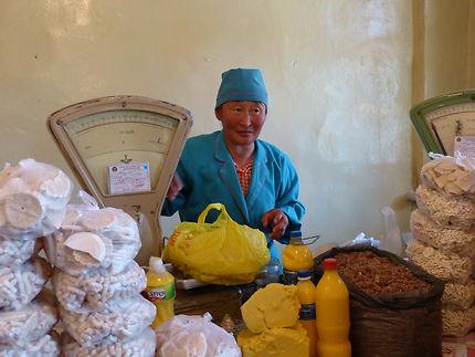 Vente de beurre et fromage de yak au marché