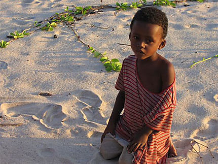 Regard sombre sur sable blanc à Antalaha