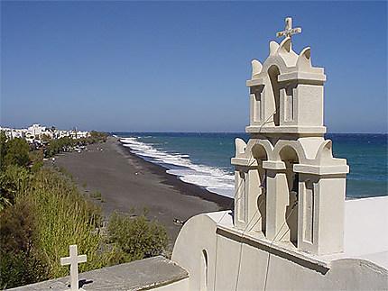 Eglise sur la plage de sable noir