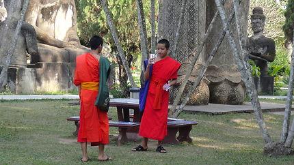 Moines dans le Buddha Park, près de Vientiane