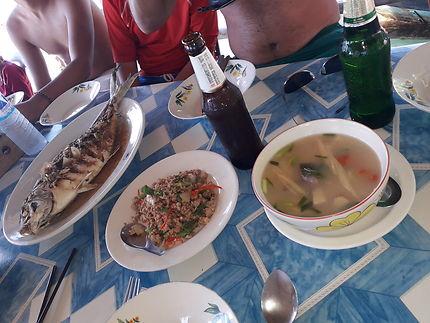 Plats thaï servi par les habitant de l'île de Koh