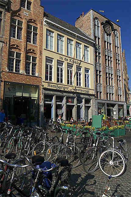 Façades et terrasses, Grand-Place, Bruges, Belgique