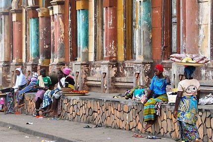 Petit commerce au pied de la mosquée centrale