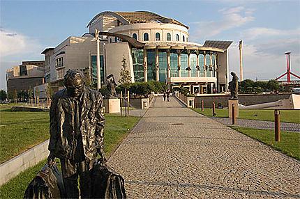 Théâtre national et statue