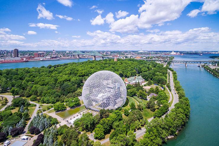 Montréal vu du Saint-Laurent et les îles du parc Jean-Drapeau