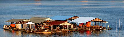 Mini village flottant sur le fleuve Mekong