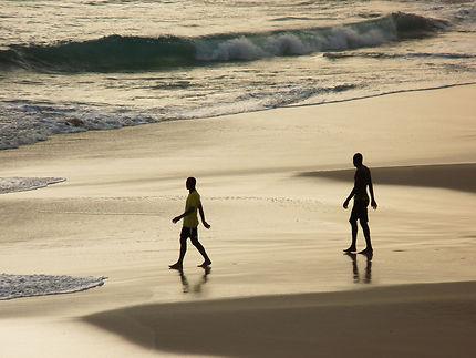 Mouvement de deux Cap-Verdiens, reflet et vagues