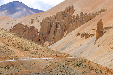 Route dans les montagnes au Nord de l'Inde