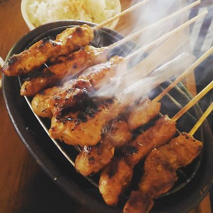 Satay barbecue, à Benoa, Indonésie