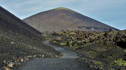 Chemin sinueux entre les volcans de Timanfaya