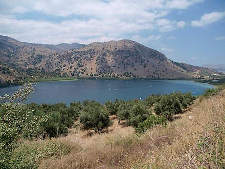 Des tombeaux d'Argyroupoli au lac de Kournas