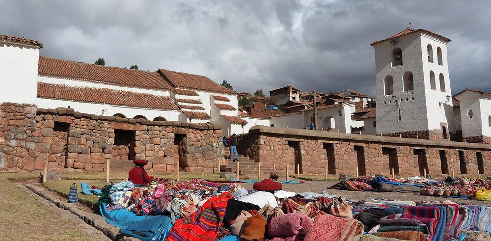 Pérou, la vallée sacrée. Constructions incas et touristes.
