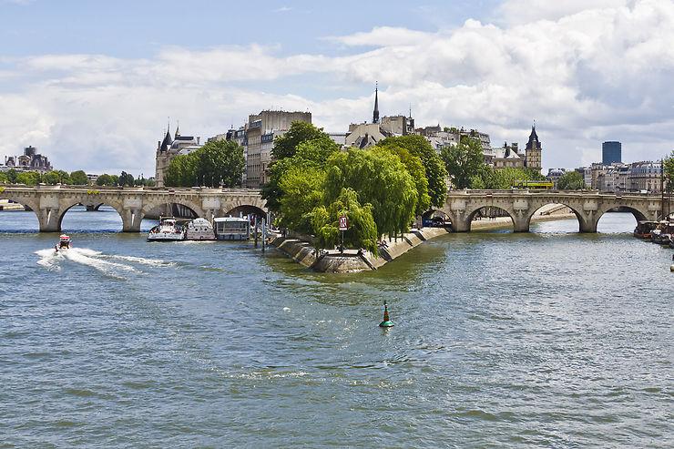 Savourer un pique-nique et profiter de l'animation du fleuve au bout du square du Vert-Galant.