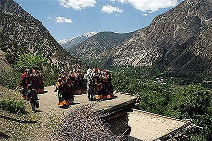 Danses Kalash pendant le festival du printemps