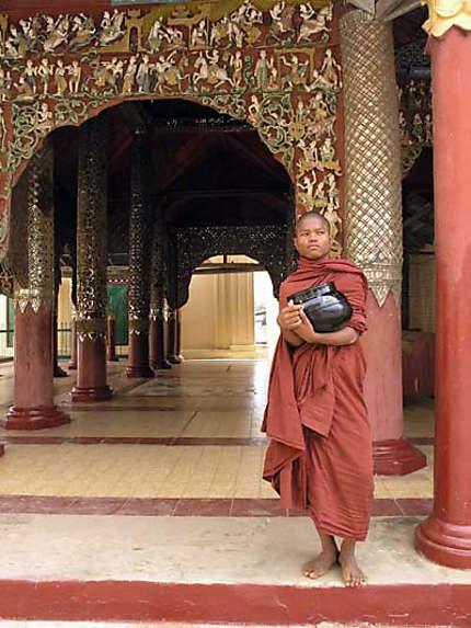Un moine au Shwezigon