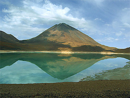 Reflet du Licancabur sur la laguna verde
