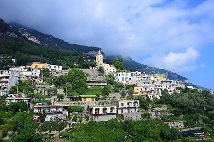 Le village de Montepertuso accroché à la montagne