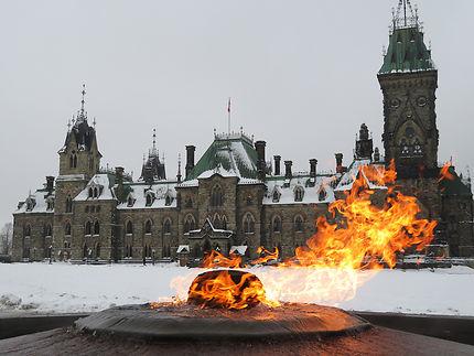Le parlement canadien à travers les flammes
