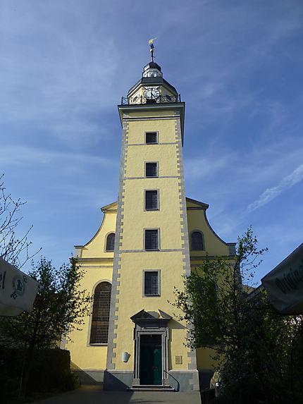 Belle église jaune à Düsseldorf