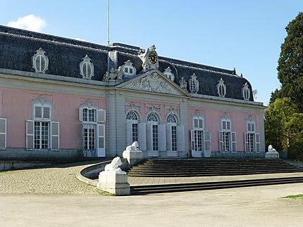 Près de la façade du Château de Benrath