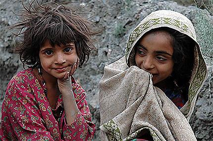 Jeunes enfants sur le bord d'un chemin