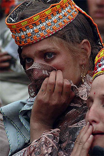 Femme Kalash assistant aux festival du printemps