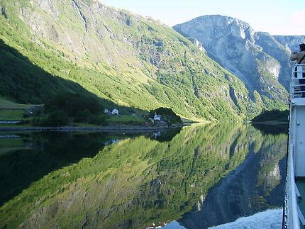 Reflet sur le naeroyfjord