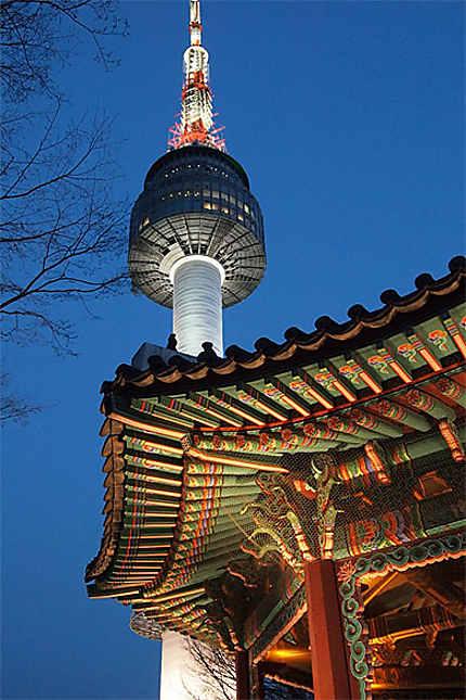 Tour Namsan à la tombée de la nuit