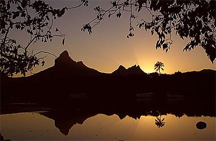 Le soleil se lève sur la Montagne du Rempart, à Tamarin