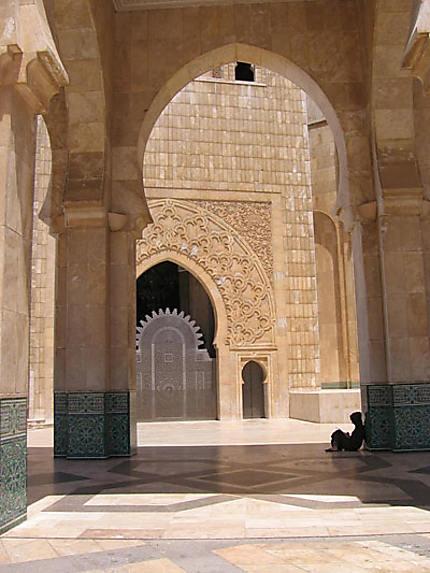 Réflexion sous la mosquée