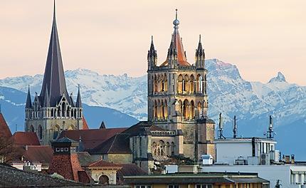 Vue de la cathédrale de Lausanne et des alpes
