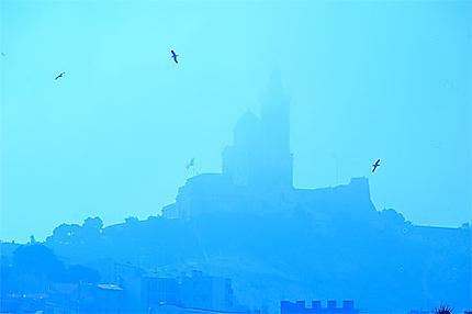 Notre Dame de la Garde dans le brouillard