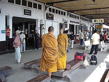 Moines à la gare de Ayutthaya