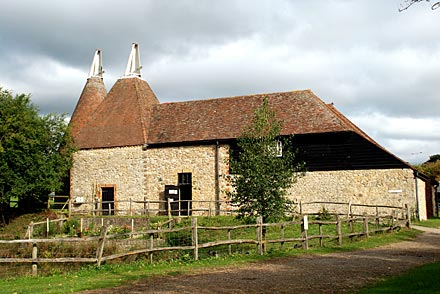 Le kent so british fermes et oast houses la campagne verte for Maison toit pointu