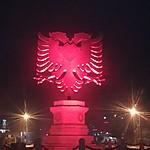 Emblème sur un rond point à l'entrée de Tirana