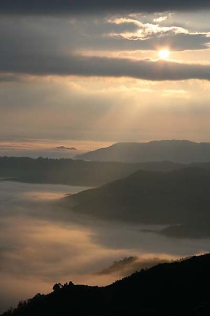 Lever de soleil sur la brume
