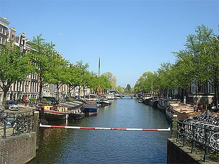 Un des nombreux canaux d'Amsterdam