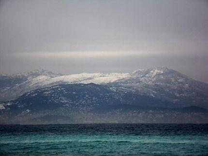 Montagnes enneigées et mer turquoise